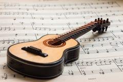 Poca guitarra que miente en la partitura 3 Foto de archivo