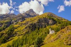 Poca iglesia blanca en el valle de Gressoney cerca de Monte Rosa imagen de archivo libre de regalías