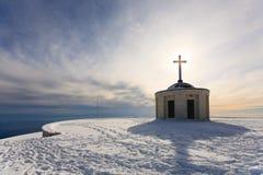 Poca iglesia con la cruz de Cristian fotografía de archivo