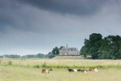 Poca iglesia en el paisaje holandés, Noordoostpolder cerca de Emmeloord Imagenes de archivo