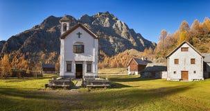 Poca iglesia en el pueblo antiguo Imagen de archivo libre de regalías