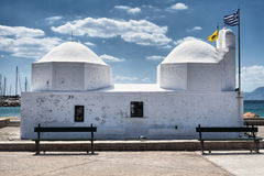 Poca iglesia en el puerto de Aegina, Grecia Fotos de archivo