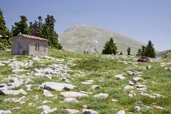 Poca iglesia en la montaña Imágenes de archivo libres de regalías