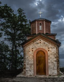 Poca iglesia en la noche Fotografía de archivo
