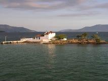 Poca iglesia en una isla Fotos de archivo