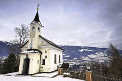 Poca iglesia vieja cerca de Lienz en las montan@as austríacas Foto de archivo