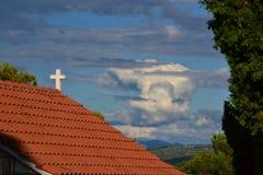 Poca iglesia y cielo nublado Fotos de archivo libres de regalías