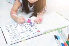 Poca immagine del disegno della ragazza della mano con la penna di colore immagine stock libera da diritti