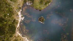 Poca isla en el lago Croda DA Lago ` Ampezzo, Dolo de la cortina D Foto de archivo