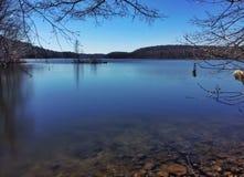 Poca isola sul lago Fotografia Stock