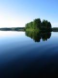 Poca isola in un lago Fotografia Stock Libera da Diritti