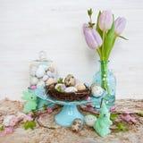 Poca jerarquía de pascua con los huevos de codornices Imagen de archivo libre de regalías