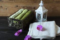 Poca lampada bianca con la candela fotografia stock libera da diritti