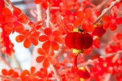 Poca lanterna rossa in cespuglio di plastica Fotografie Stock