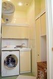 Poca lavanderia nell'appartamento fotografia stock libera da diritti