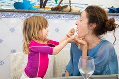 Poca madre de la alimentación infantil en el restaurante Fotos de archivo libres de regalías