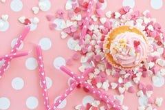 Poca magdalena con helar rosado Foto de archivo libre de regalías