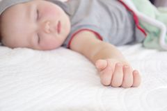 Poca mano del ragazzo addormentato del bambino Immagini Stock