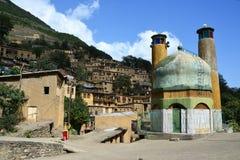 Poca moschea con i minareti con i vetri macchiati in Masouleh Fotografia Stock