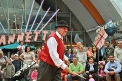 Poca mostra del pagliaccio di circo nel villaggio del Disney Immagini Stock