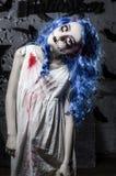 Poca muchacha azul del pelo en vestido sangriento con el maquillaje asustadizo de Halloween Foto de archivo