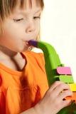 Poca muchacha de la belleza con el saxofón del juguete Imágenes de archivo libres de regalías