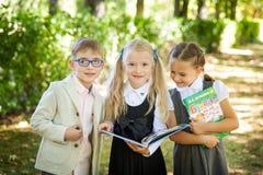 Poca muchacha de la escuela De nuevo a escuela Imagen de archivo