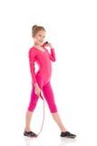 Poca muchacha de la gimnasia que presenta con la saltar-cuerda Foto de archivo