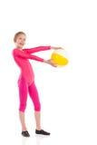Poca muchacha de la gimnasia que presenta con una bola. Foto de archivo libre de regalías