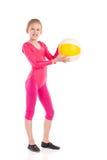 Poca muchacha de la gimnasia que presenta con una bola Fotos de archivo libres de regalías