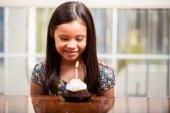 Poca muchacha del cumpleaños con una torta Fotos de archivo