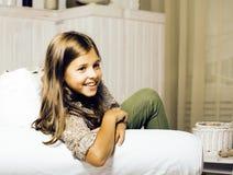 Poca muchacha morena linda en casa u cercano sonriente feliz interior Fotografía de archivo