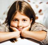 Poca muchacha morena linda en casa u cercano sonriente feliz interior Fotos de archivo libres de regalías
