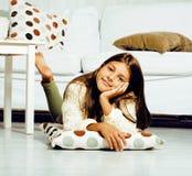 Poca muchacha morena linda en casa u cercano sonriente feliz interior Imagenes de archivo