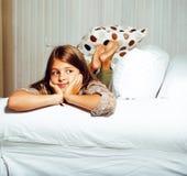 Poca muchacha morena linda en casa u cercano sonriente feliz interior Foto de archivo