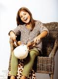 Poca muchacha morena linda en casa u cercano sonriente feliz interior Imágenes de archivo libres de regalías