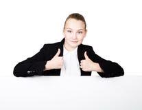 Poca mujer de negocios que se coloca detrás y que se inclina en una cartelera o un cartel en blanco blanca, expresa diferente Pul Imagen de archivo libre de regalías