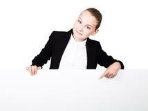 Poca mujer de negocios que se coloca detrás y que se inclina en una cartelera o un cartel en blanco blanca, expresa diferente mue Fotos de archivo