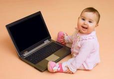 Poca neonata del genio del calcolatore con il computer portatile Fotografia Stock