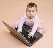 Poca neonata del genio del calcolatore con il computer portatile Immagini Stock