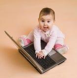 Poca neonata del genio del calcolatore con il computer portatile Fotografia Stock Libera da Diritti