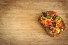 Poca pizza en el tablero choping Imágenes de archivo libres de regalías