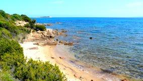 Poca playa ocultada en el lado izquierdo de la playa de Brandinchi, Cerdeña, Italia Imagen de archivo libre de regalías