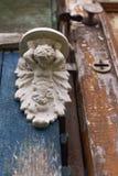 Poca porta di legno custodetta dal gigante immagine stock libera da diritti