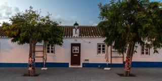 poca puerta de la casa en la región de Algarve imagen de archivo