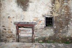 Poca puerta de la casa rural en la ciudad española Fotografía de archivo
