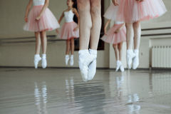 Poca ragazza di balletto salta Fotografia Stock Libera da Diritti