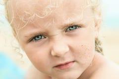 Poca ragazza di estate sulla spiaggia del mare Fotografia Stock Libera da Diritti