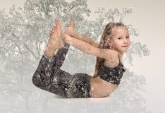 Poca ragazza di yoga Fotografia Stock