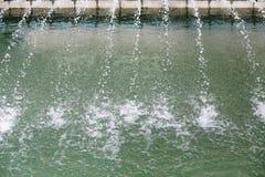 Poca spruzzata automatica della fontana immagini stock
